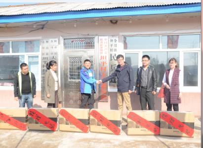 图为非公指导中心主任周文军同志带队在辉南县金川镇平坦村扶贫活动.